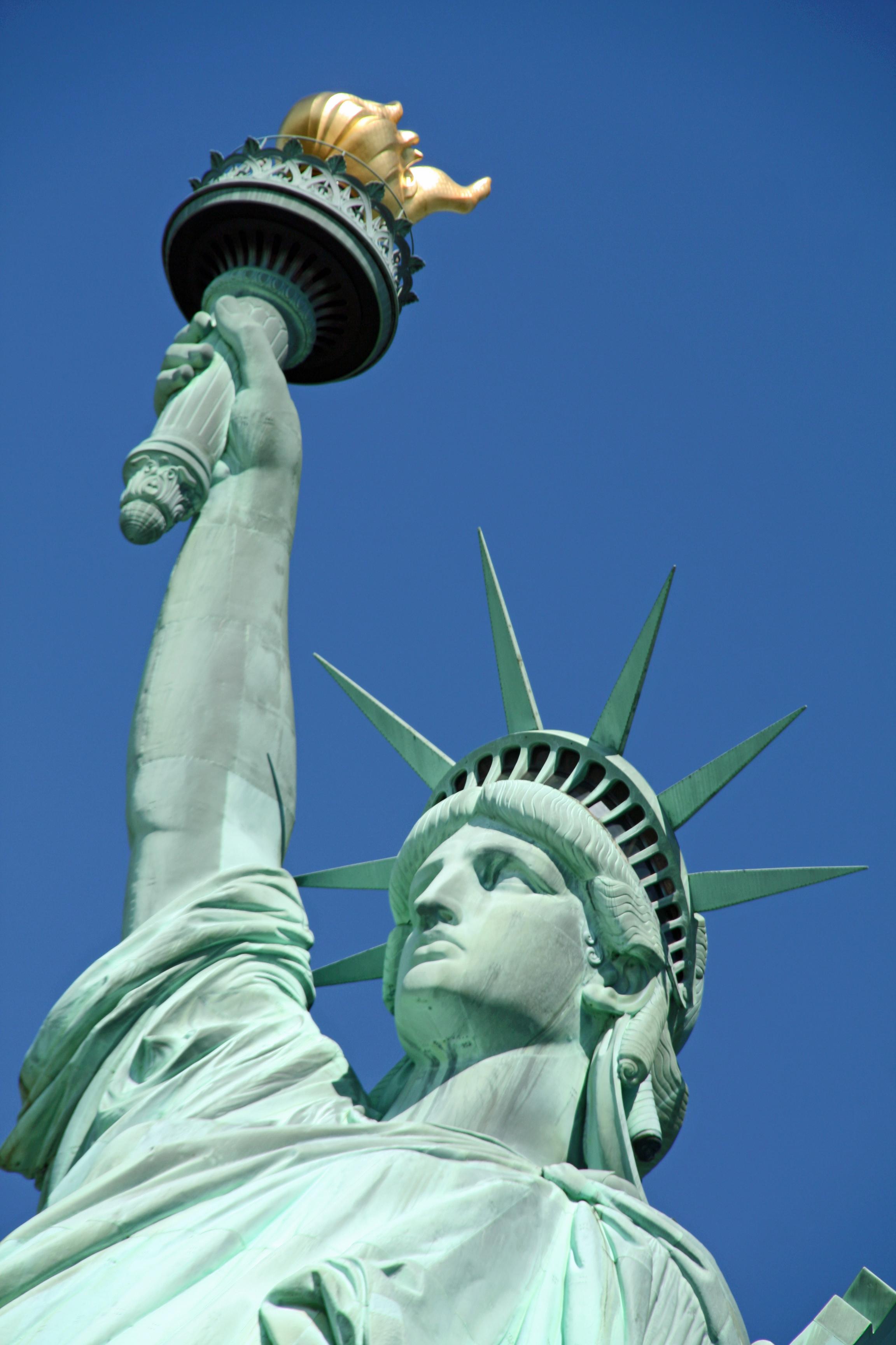 Фото девушки у статуи свободы в