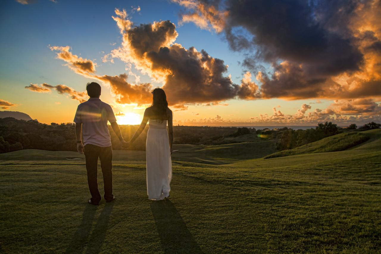 File:Couple holding hands in Kauai (7635480262).jpg - Wikimedia ...