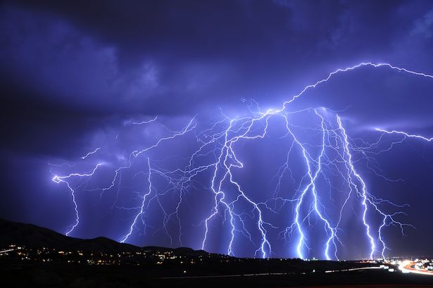 Mobile phones charged by LIGHTNING BOLTS - UK scientists strike ...